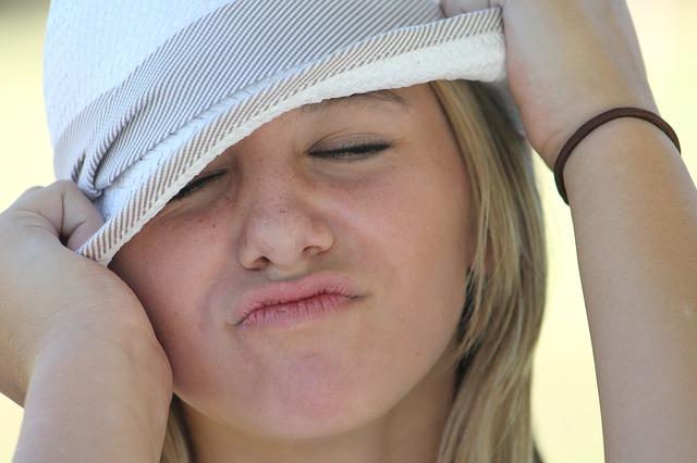 děvče s kloboukem
