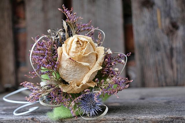 květiny v hrnku